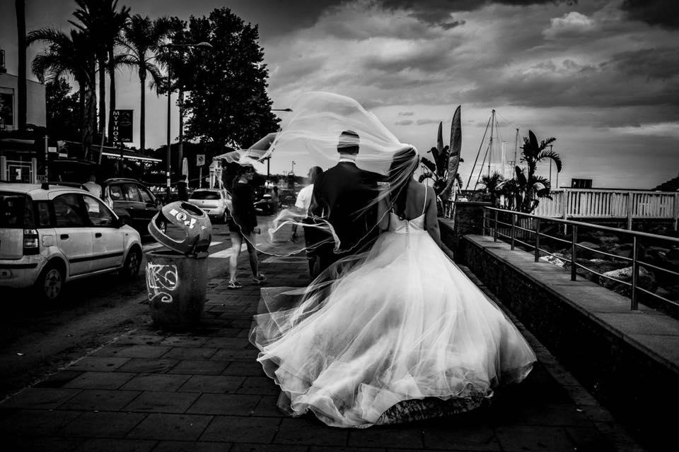 Zwart wit foto bruidspaar op boulevard Aci Castello