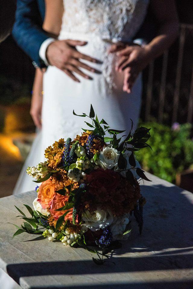 Bruidspaar met bruidsboeket herfstkleuren