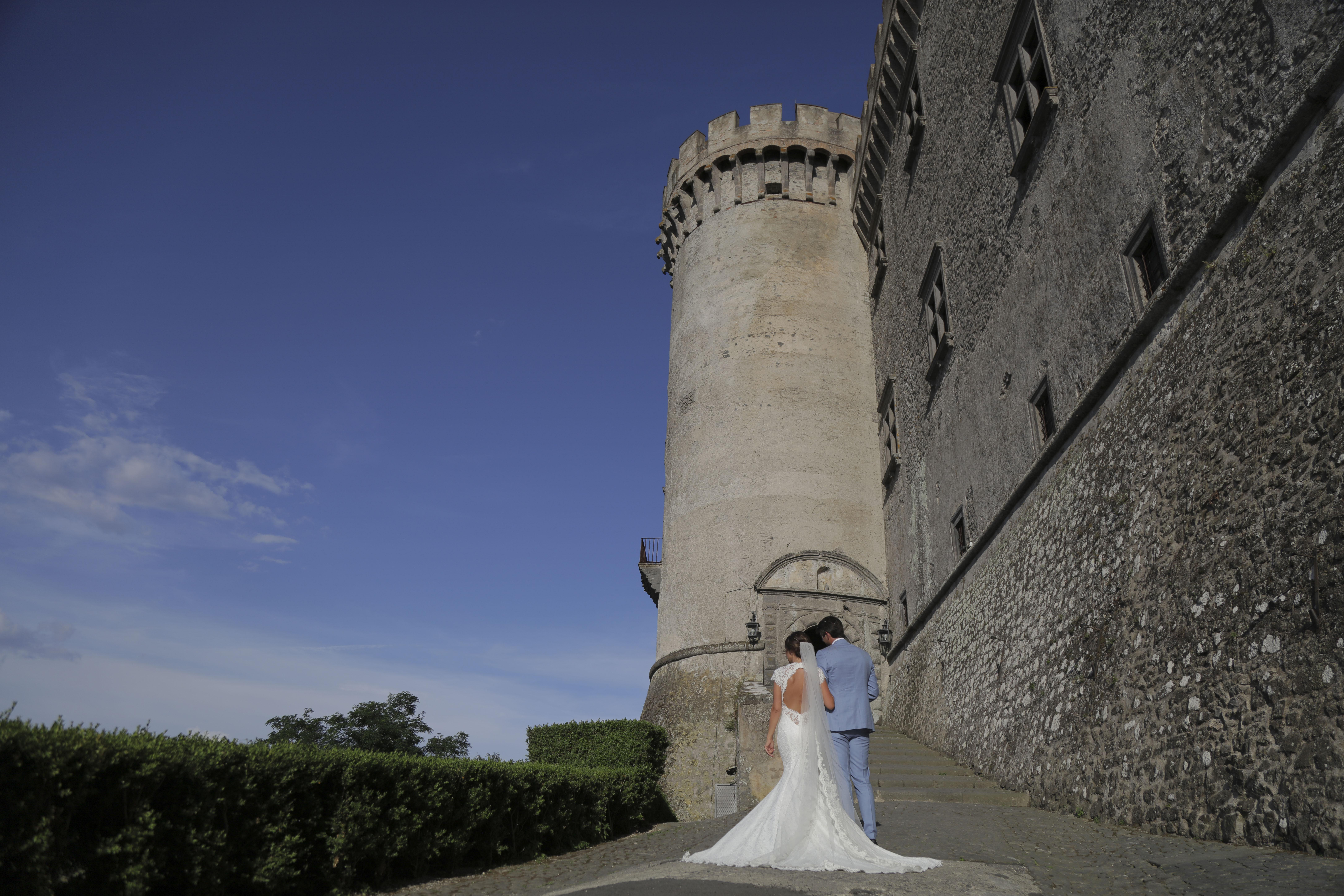 Bruidspaar op de kasteeltrap in Bracciano