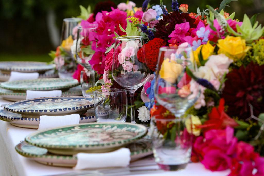 styling dinertafel met karakteristiek Siciliaans porcelein en felle kleuren door Sicily Love Weddings