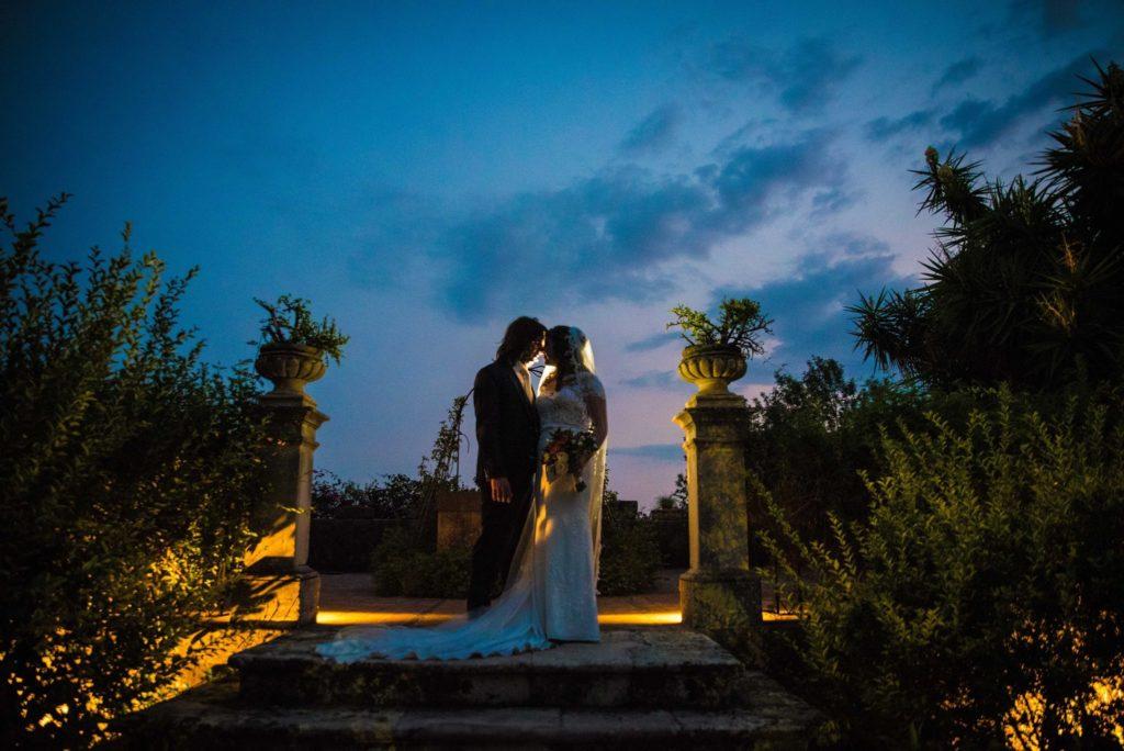 bruidspaar bij zonsondergang op terras Casa La Carrubbazza Sicilië