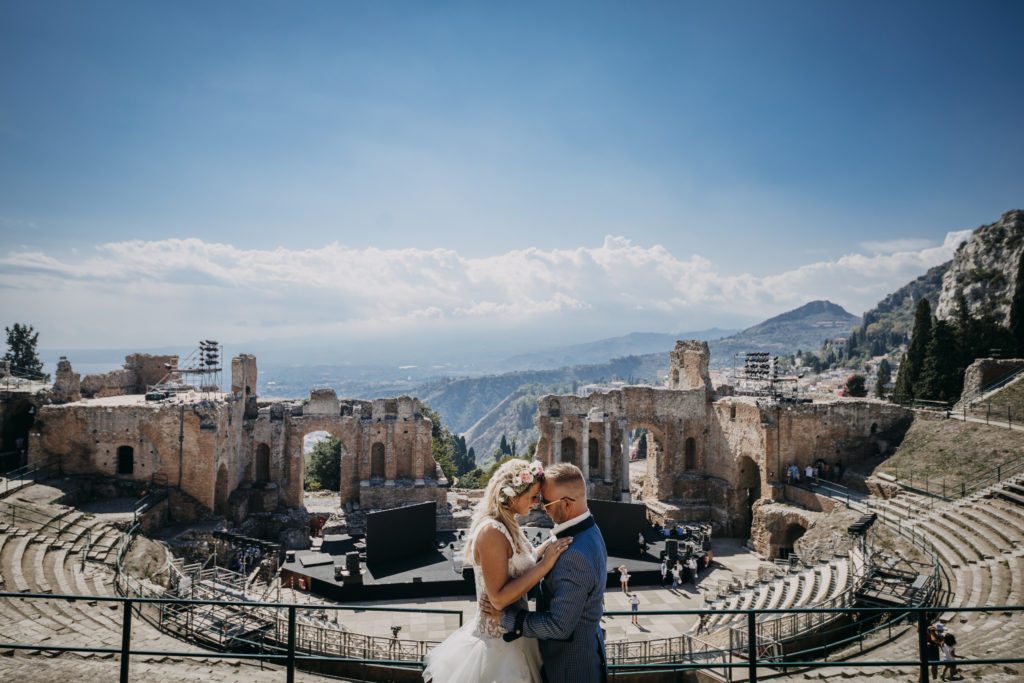 bruidspaar in het Griekse theater in Taormina