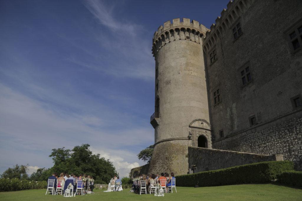 trouwceremonie op grasveld bij kasteel