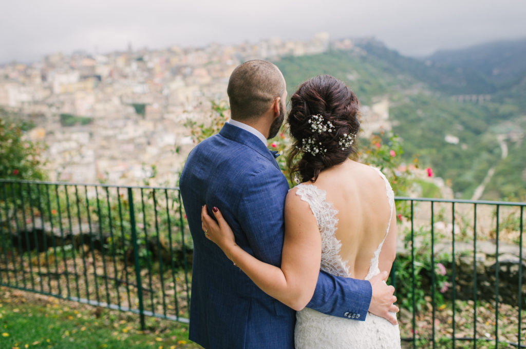 bruidspaar kijkt uit over vallei Ragusa Sicilië