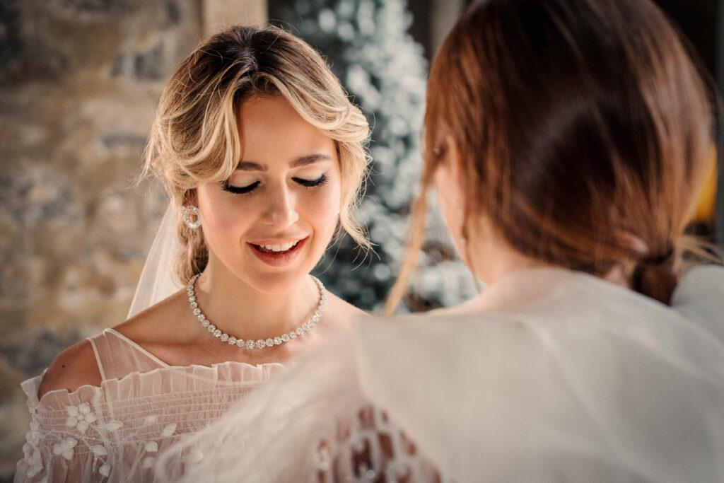 bruid leest haar trouwbeloften. zij draagt een diamanten collier en diamanten oorbellen van Salini in Catania